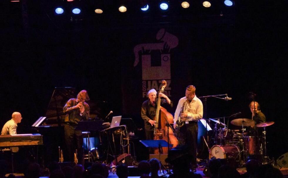 AUTORITET: Arild Andersen Quintet rundet av Oslo jazzfestival med en lang og strålende lørdagskonsert på Nasjonal jazzscene, Victoria. FOTO: TERJE MOSNES