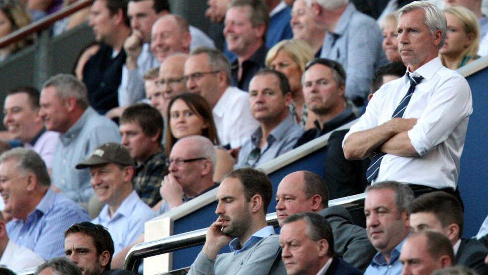 DYTTET DOMMEREN: Newcastle-manager Alan Pardew måtte se resten av kampen fra tribunen etter å ha dyttet assistentdommeren i går. Foto: SCANPIX/AP/Scott Heppell