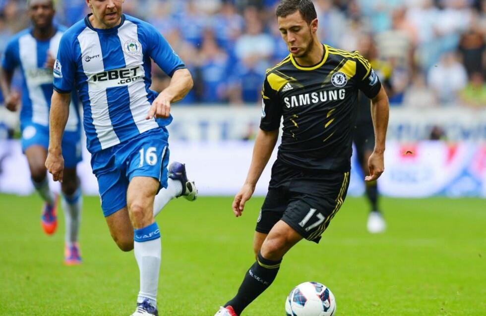 GOD DEBUT: Wigan og James McArthur klarte ikke stoppe Chelseas nye stjerne Eden Hazard. Chelsea vant 2-0. Foto: AFP PHOTO/ANDREW YATES.