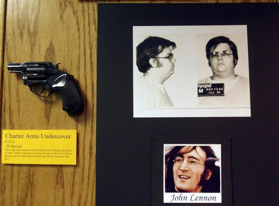 DRAPSVÅPEN, DRAPSMANN, OFFER: I forbindelse med 25 årsmarkeringen av drapet på John Lennon, kunne man se kaliber 38-pistolen som Mark Chapman brukte til å fyre av fem skudd mot Beatles-legenden, stilt ut hos New York-politiet. Tre skudd traff ham i ryggen, ett i armen, og Lennon ble erklært død ved ankomsten på sykehuset. Foto: Chip East / REUTERS