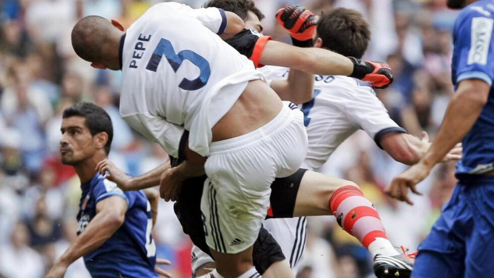 KLØNET DET TIL: Iker Casillas feilberegnet ett innlegg fulstendig, og endte opp med å ta lagkameratene Pepe og Xabi Alonso isteden for ballen. Jonas utnyttet tabben, og utlignet for Valencia. Foto: EPA/EMILIO NARANJO