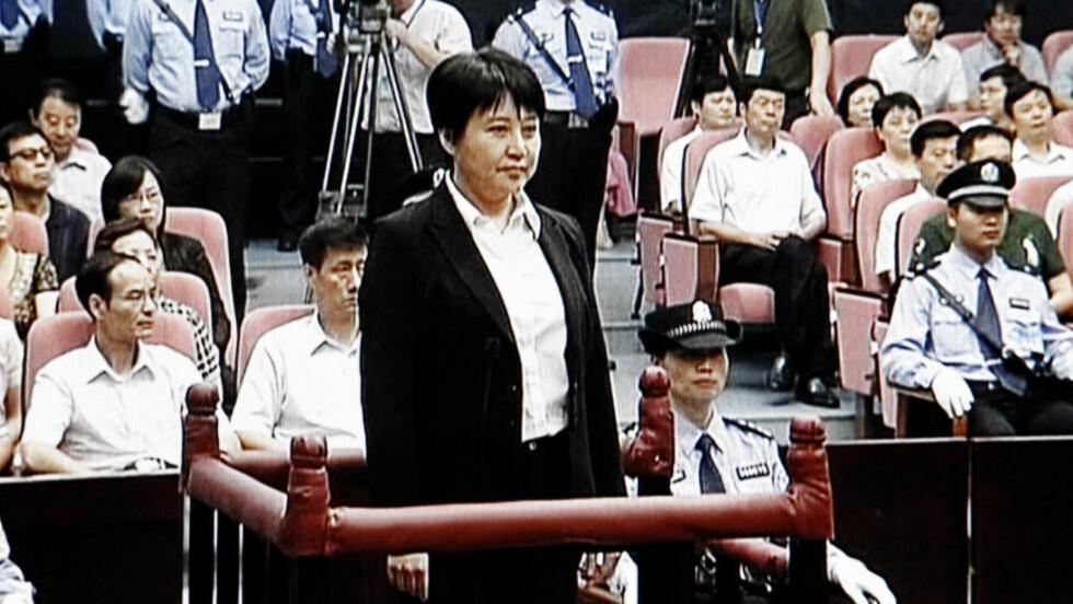 FÅR LIVSTID: Prøvetida på to år innebærer at så lenge Gu Kailai ikke begår nye lovbrudd i løpet av de neste to åra, blir hun sittende i fengsel resten av livet og ikke dømt til døden. Foto:AP / Scanpix ntb