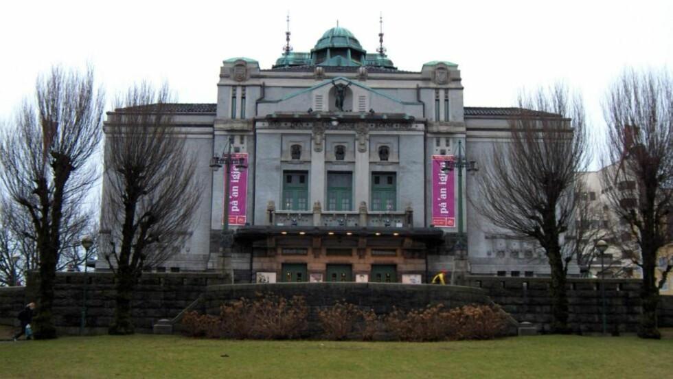 GRUPPEVOLDTATT:  En student i starten av 20-årene ble voldtatt av tre menn i nærheten av Den nasjonale scene i Bergen natt til søndag. Foto: Wikimedia Commons