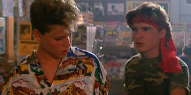 BARNESTJERNER: Corey Haim (t.v) og Corey Feldman i «The Lost Boys». Foto: Stella Pictures