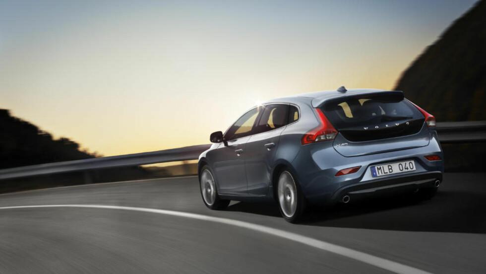 MODERNE DESIGN: Volvo V40 D2 ser betraktelig mye bedre ut enn de andre bilene i Volvo-garasjen. Foto: VOLVO