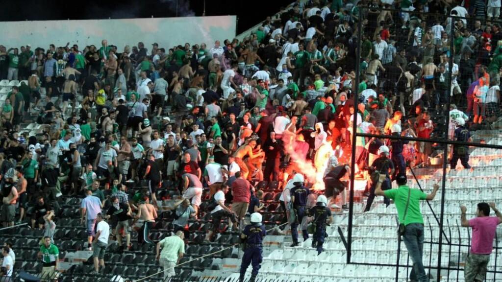 BRÅK: Opprørspoliti måtte skille Rapid Wien-fans og PAOK-fans før Europa League-møtet i Thessaloniki. Foto: SCANPIX/EPA/PIXEL