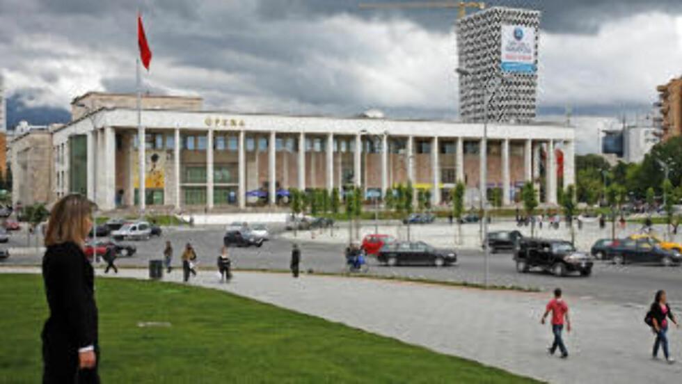 SENTRALT: Operahuset i Tirana sentrum ligger midt i området som i diktaturtiden var utilgjengelig for vanlige albanere. Foto: EIVIND PEDERSEN