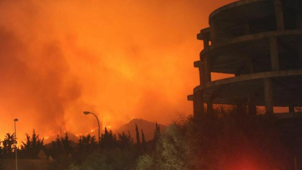 EKSTREM RØYKUTVIKLING: - Vi så flammer over hele fjellsida, og det var en ekstrem røykutvikling, forteller norske Una Solbakken, som oppholder seg i Spania, om brannutbruddet i går kveld. Her er brannen sett fra det regionale sykehuset i Marbella, i Malaga-regionen i Sør-Spania, sent i går kveld. Foto: EPA/ALF