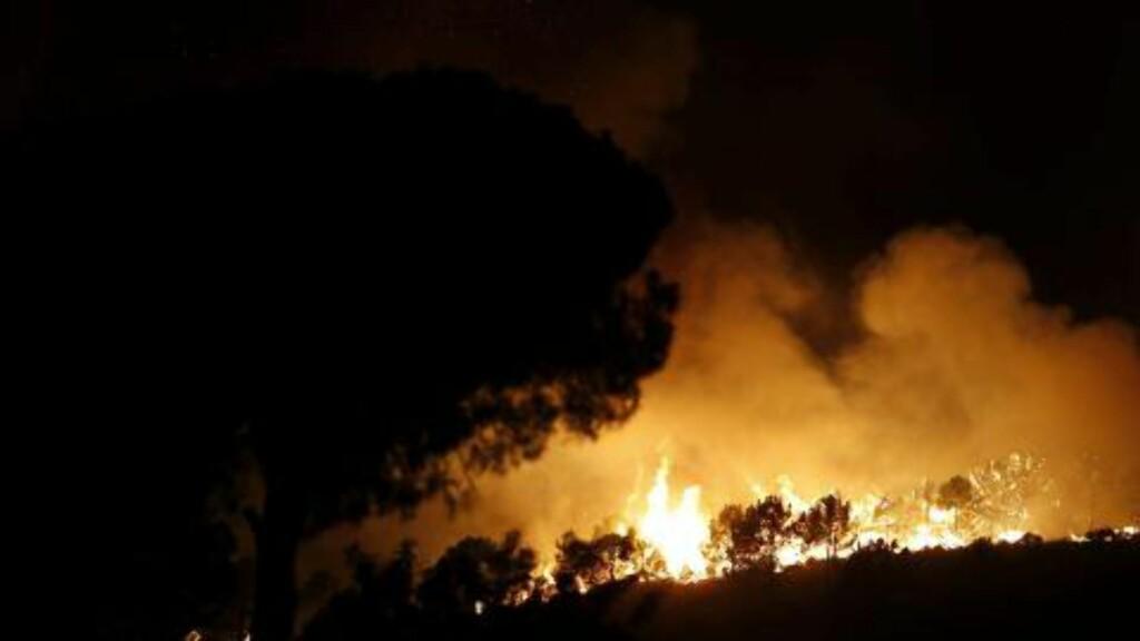 TUSENVIS EVAKUERT: Det brenner på Solkysten. Her fra Sierra Negra-fjellene nær Coin sør for Malaga sent i går kveld. Tusenvis har blitt evakuert. Foto: EPA/JORGE ZAPATA