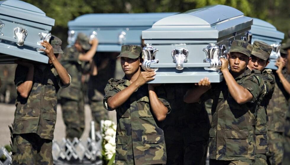KRIGEN: Mexicanske soldater bærer kistene til seks soldater som ble halshugget i Chilpancingo, Mexico, som del av krigen mot narkotikakartellene. Krigen mot narkotika i Mexico har tatt titusenvis av liv. Foto: AP Photo/Claudio Cruz, File