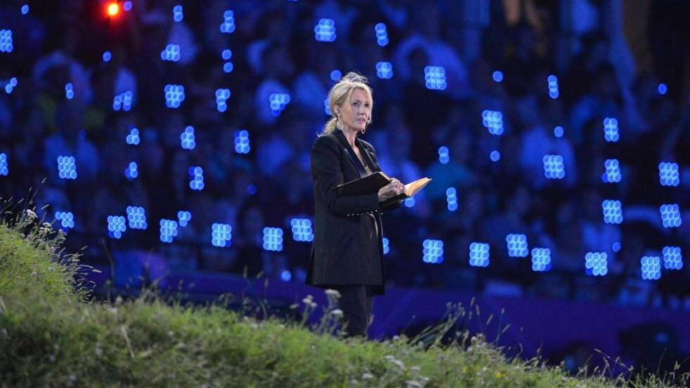 TRAVEL BYGGMESTER: JK Rowling er en travel dame, men hun rekker en lokal byggestrid hjemme i Edinburgh for det. Her fra høytlesningen hun gjorde under åpningsseremonien til OL. Foto: AFP PHOTO / JEWEL SAMAD / NTB SCANPIX