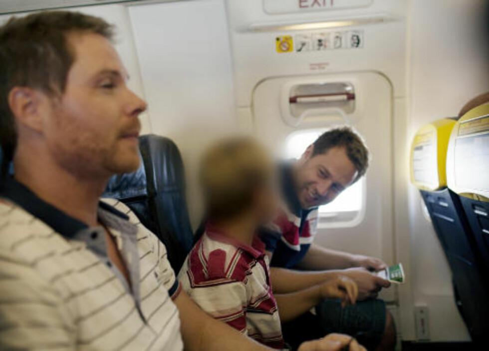 PÅ VEI HJEM: Geir, Erik, sønnen og agentene unngikk å bli anholdt av spansk politi, og kunne uhindret fly tilbake til Norge. Foto: FRA DOKUMENTAREN «BORTFØRT» / NOVEMBERFILM / TV 2
