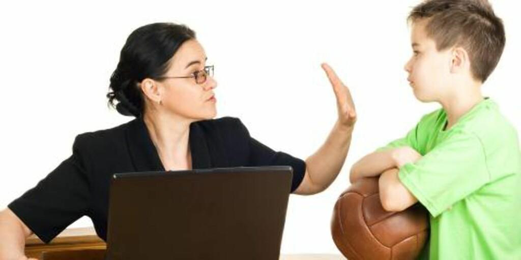 TILSTEDEVÆRELSE: Gå i deg selv! Det er nemlig ikke uvanlig at barnet klenger ekstra mye hvis foreldrene ikke er mentalt tilstede.  Foto: Thinkstock