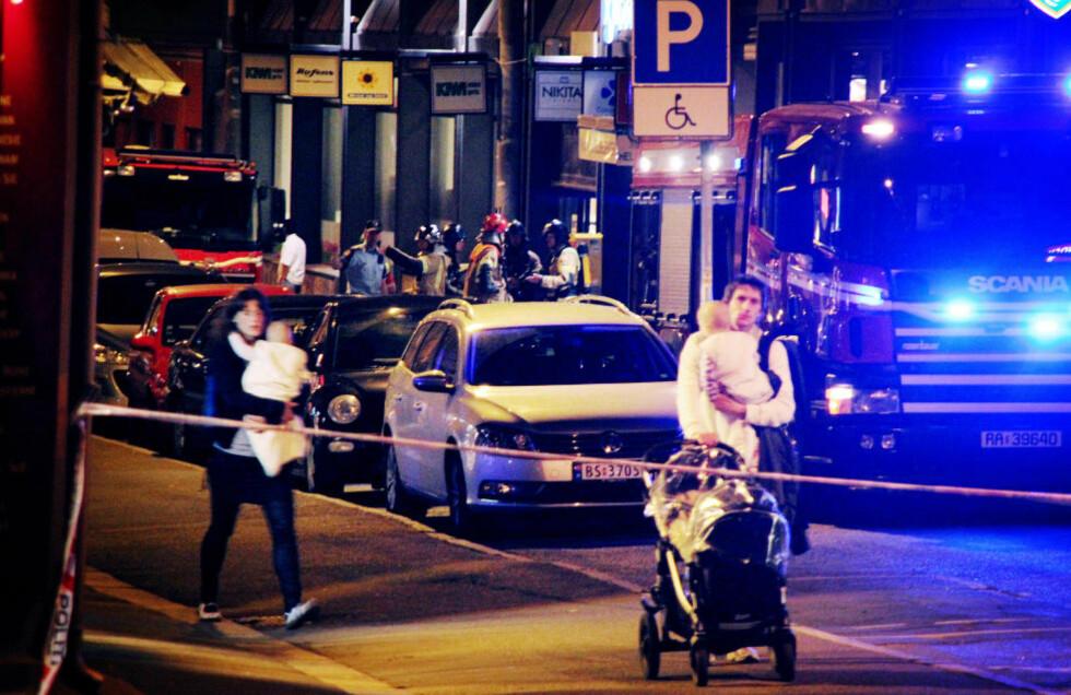 EVAKUERES: Folk er evakuert i en radius på 250 meter fra restauranten. Foto: OLE CHRISTIAN NORDBY / EIKERFOTO