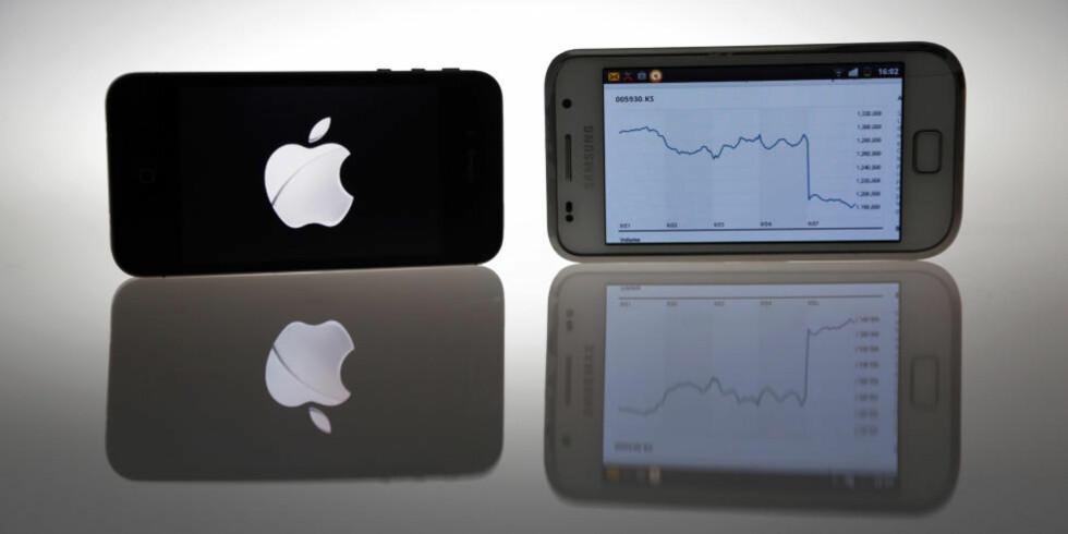 FALLER: Samsung har vokst kraftig i børsverdi og markedsandel siden selskapet begynte å lage telefoner med klare likhetstrekk med Apples iPhone. Men etter at Apple ble tilkjent milliarderstatning fra Samsung for brudd på patentrettigheter, faller aksjekursen, her vist på en GalaxyS-telefon (til høyre). Foto: Reuters/Scanpix