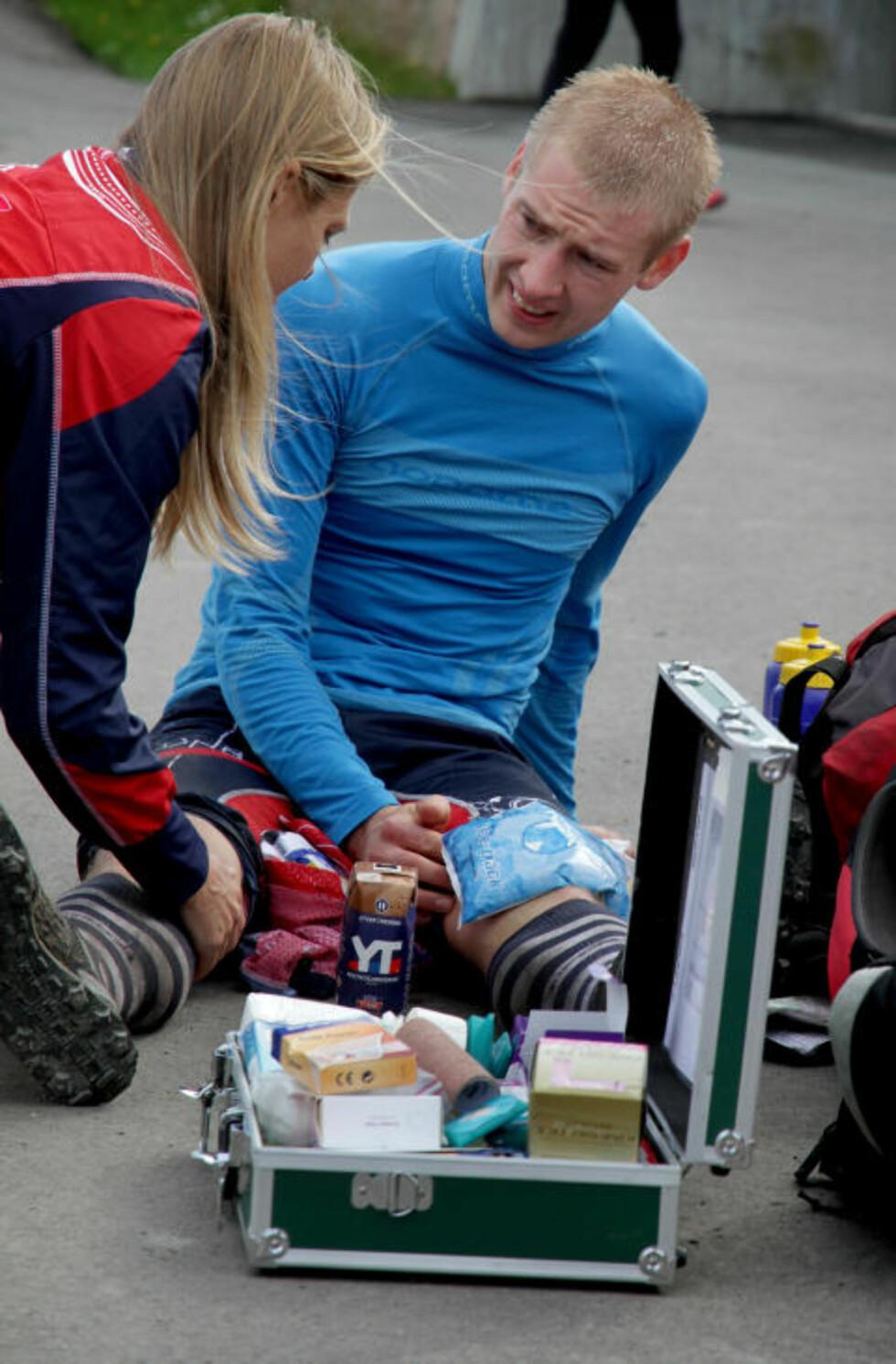 MÅTTE BEHANDLES: Olav Lundanes fikk ispose på kneet og behandling av landslagslege Ellen Moen etter innkomst. Deretter bar det videre til nærmere undersøkelser. Foto: JENS O. KLØVRUD