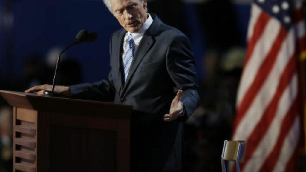 """- THIS SEAT'S EMPTY:  Clint Eastwood under sin 11 minutter lange tale til den tomme """"presidentstolen"""" på repulikanernes nominasjonsmøte i Tampa 30. august. Nå har filmlegenden fått overstrømmende respons fra president Barack Obama. FOTO:Lynne Sladky, AP/NTB SCANPIX."""