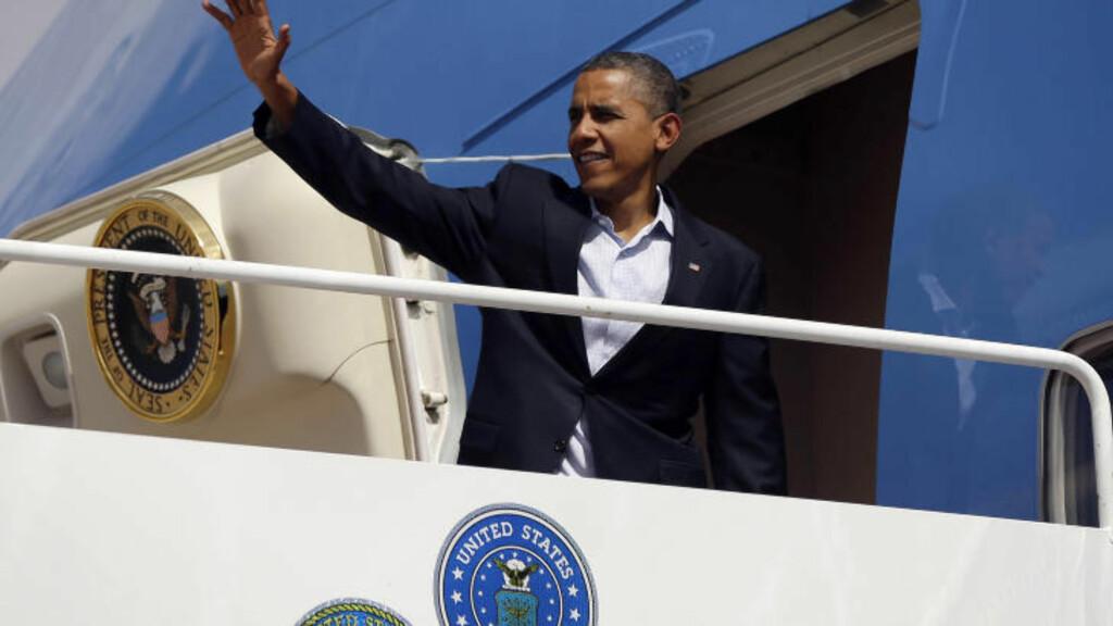 TURBO-VALGKAMP:  President Barack Obama besøkte flere stater i helgen før nomisjonsmøtet i Charlotte i Nord-Carolina denne uka. Her vinker han fra Air Force One på flyplassen i Aurora i  Colorado søndag. FOTO: Pablo Martinez Monsivais, AP/NTB SCANPIX.