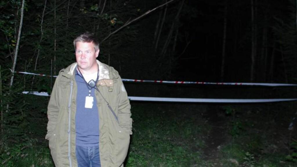 LIKFUNN: Politiet jobber i natt på åstedet for det som trolig er et likfunn i Kolbotn. Her er politioverbetjent Rune Isaksen ved sperringen. Foto: Daniel Laabak