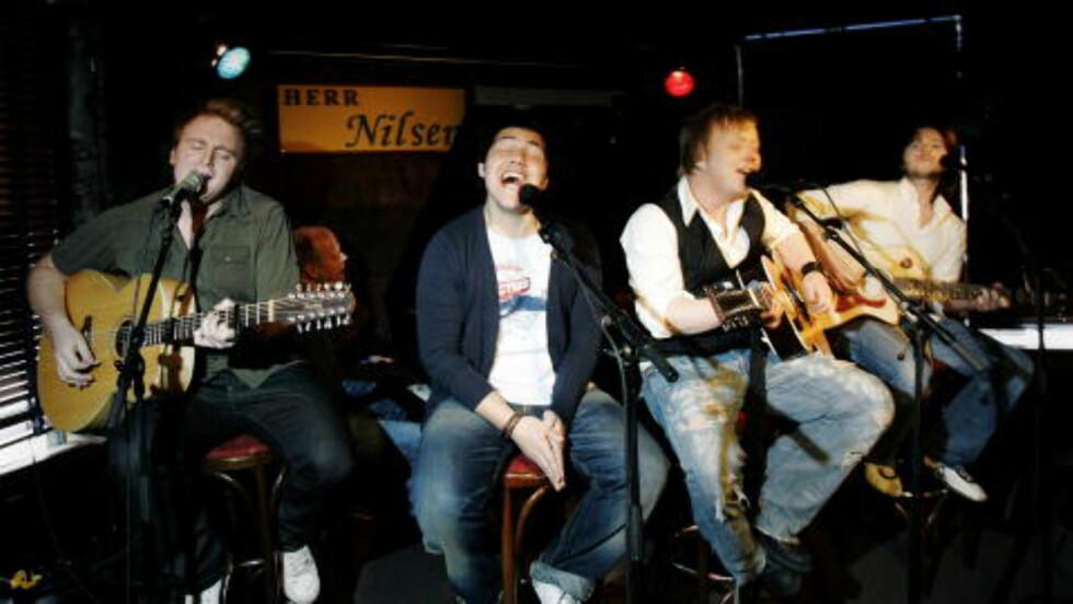 HALLELUJA: Fra venstre: Askil Holm, Alejandro Fuentes, Kurt Nilsen og Espen Lind (De nye gitarkameratene) på scenen på Herr Nilsen i 2006. Foto: Frank Karlsen / Dagbladet