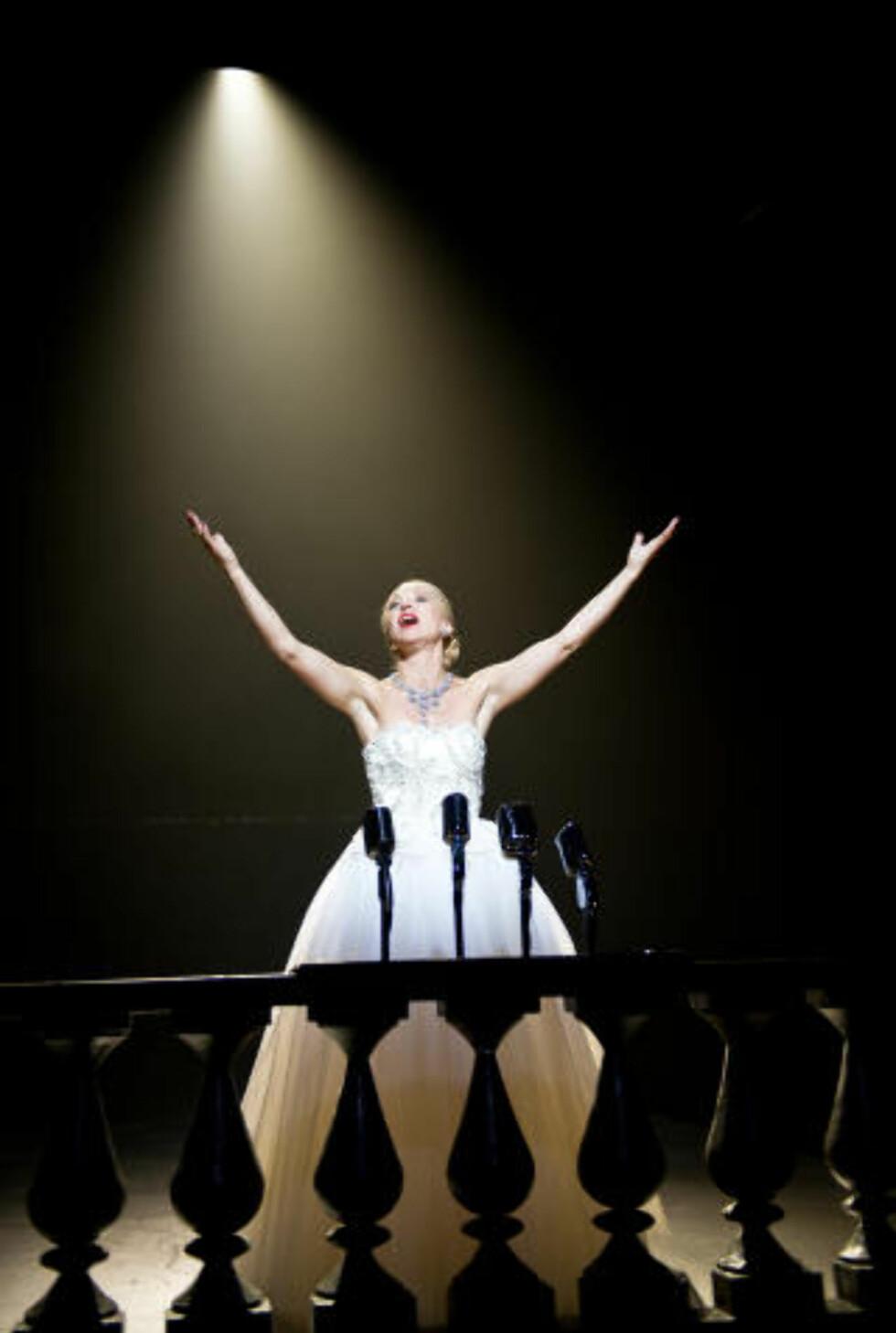AMBISJONER: Selv som døende er Evita ambisiøs. Forskjellen er bare at makt og penger ikke lenger er nok: Hun vil overskride det og vinne ikonstatus. Bli Argentina. Foto: Erik Aavatsmark