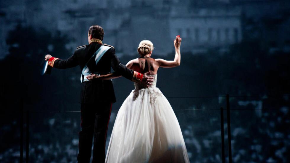 KRAFTPRESTASJON: Som Evita står Heidi Gjermundsen Broch for en ny oppvisning i stjernekvalitet. I sang og koreografi er «Evita» en kraftprestasjon. Her med Jon Bleiklie Devik, oppsetningens Juan Perón, et tredje hjørne i et makttriangel. Foto: Erik Aavatsmark