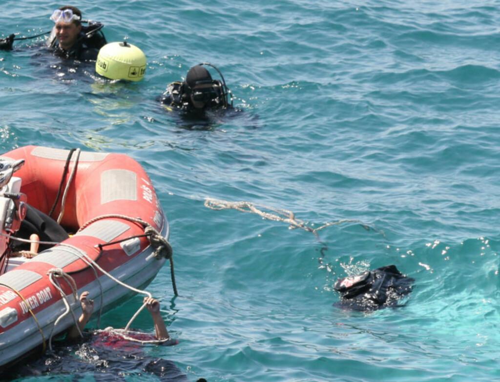 STOR REDNINGSAKSJON:  Dykkere fra tyrkisk havnepoliti leter etter savnede i Egeerhavet utenfor Menderes etter grunnstøtingen med flyktningeskipet. Minst 58 har omkommet, og 45 berget livet. FOTO: Safak Yel/Ihlas News Agency/REUTERS/NTB Scanpix.