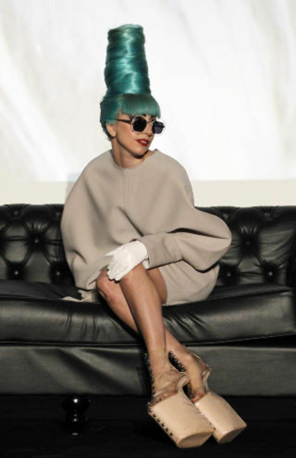 AUDIOVISUELT: Musikk og musikkteknologi spiller større rolle for unge mennesker i dag enn dikt og diktsamlinger, mens visuell kultur vekker dypere fascinasjon enn verbal og litterær, skriver kronikkforfatteren. Det forklarer kanskje suksessen til Lady Gaga. Foto: WONG MAYE-E / AP Photo / NTB SCANPIX