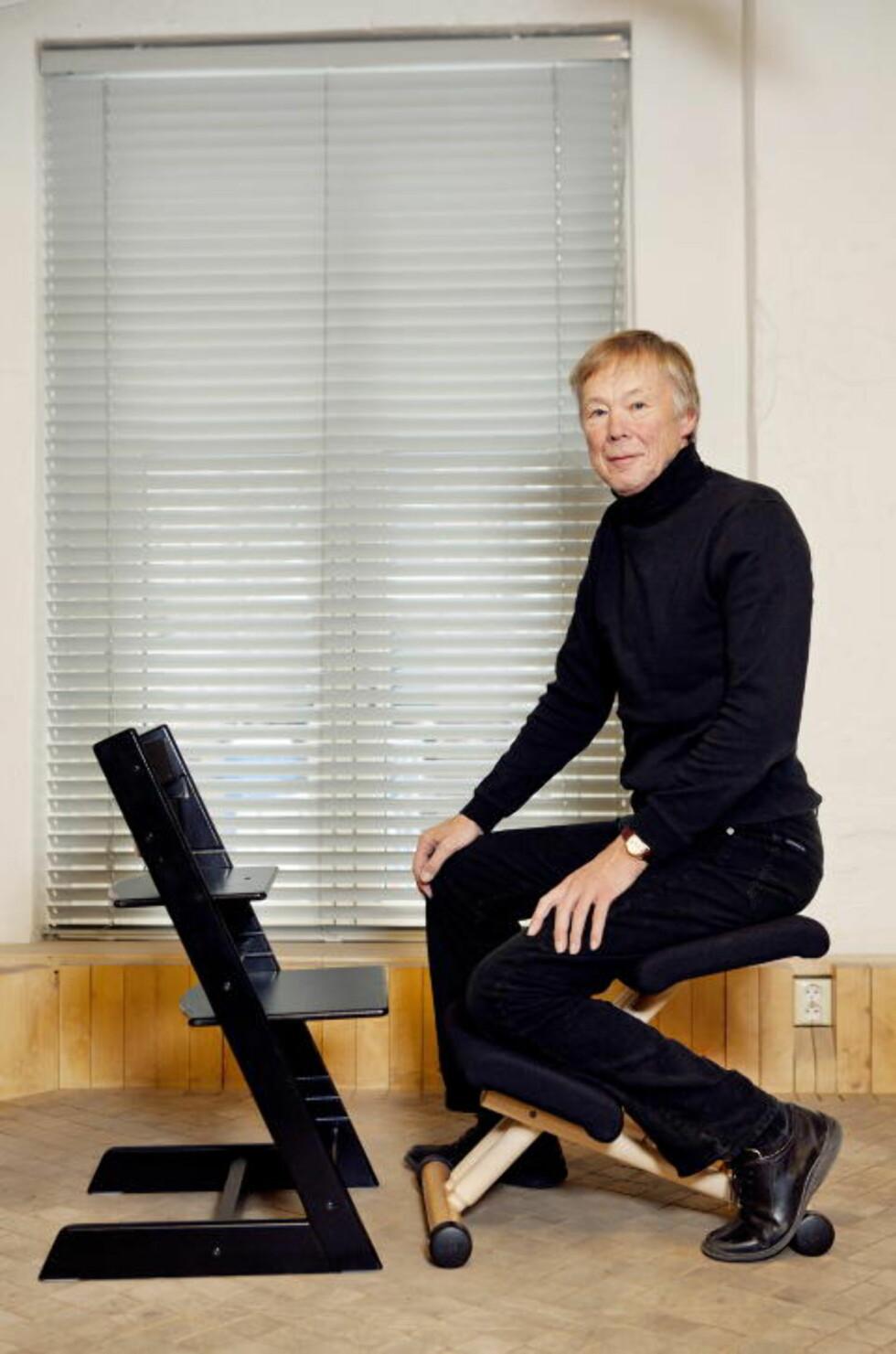 TO KLASSIKERE: Peter Opsvik med to av sine mest berømte stoler, «Tripp Trapp» og «Multi Balans». Foto: Elisabeth Sperre Alnes/Dagbladet