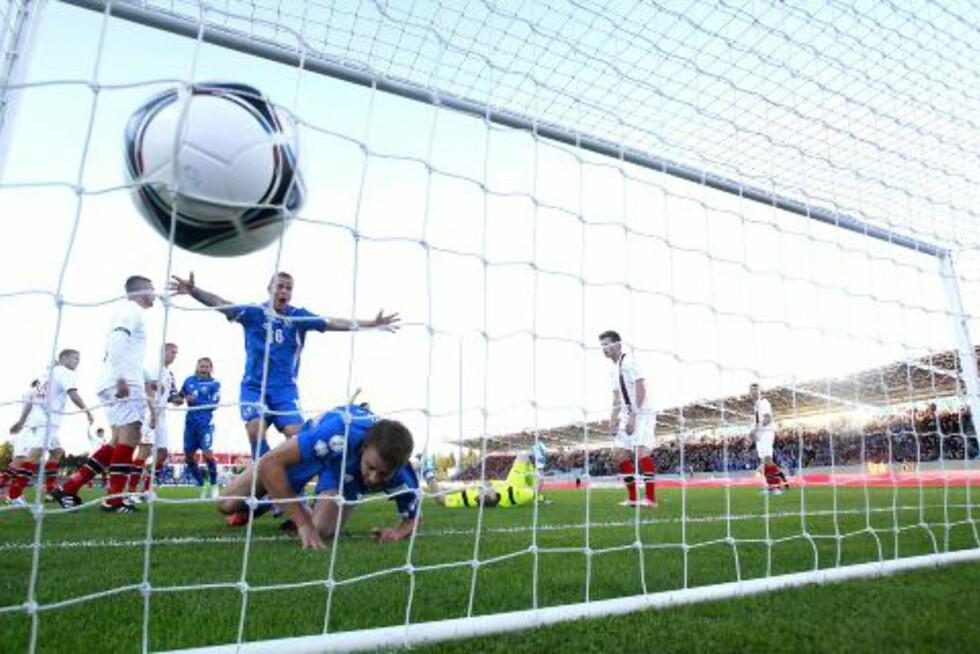 BUGGE BLE STÅENDE: Espen Bugge Pettersen valgte å bli stående på streken på det lange innkastet, og Kari Arnason kranglet ballen i mål.