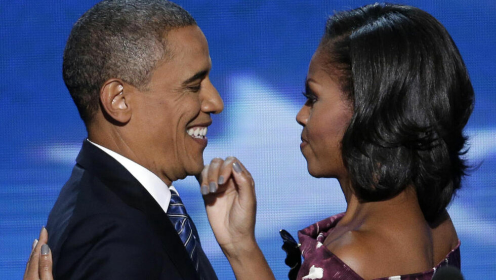 FØRSTEKVINNEN: Michelle Obama har fått god trening i å støtte ektemannen Barack. Nå gjelder det kanskje enda mer enn før, i det han trer inn i den siste og avgjørende måneden av det amerikanske valget. Her er de to på demokratenes landsmøte  torsdag. Foto: Scanpix