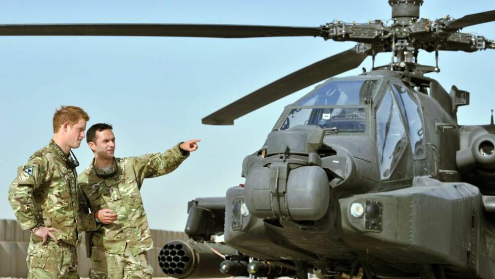 SOLDAT: Her blir Prins Harry vist helikopteret han skal være med å fly.Foto: AFP