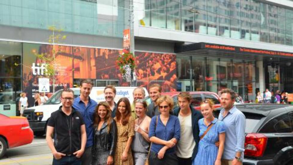 PÅ TUR: Her er representanter fra de norske filmene som blir vist i Toronto samlet. «90 minutter»-skuespillerne Pia Tjelta og Mads Ousdal til venstre i bildet. Foto: Jakob Berg