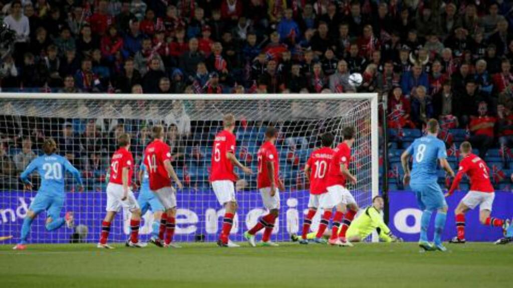 GA RETUR: Her er ballen på vei ned til slovenske Suler, som beinet den inn til 0-1 på Ullevaal i går kveld. Foto: Dagbladet