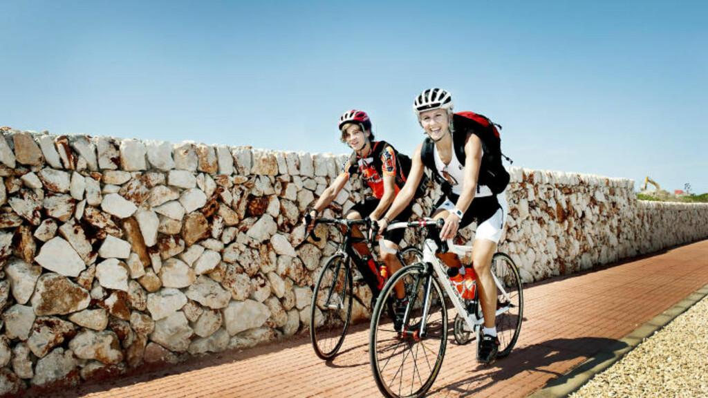 SYKKELFERIE: Nå har sykkelbølgen nådd Syden. Her sykler en liten familie på tur på Menorca, naboøya til Mallorca.  Foto: JOHN TERJE PEDERSEN
