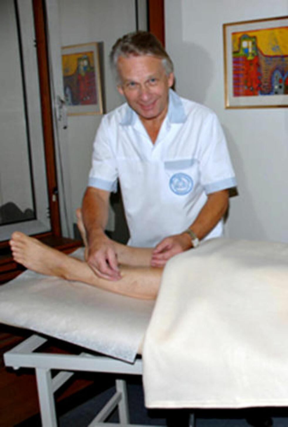 ERFAREN: Tony Venbakken (67) har tidligere behandlet flere kjente musikere. Han behandler kongeparet med akupunktur. Foto: Privat