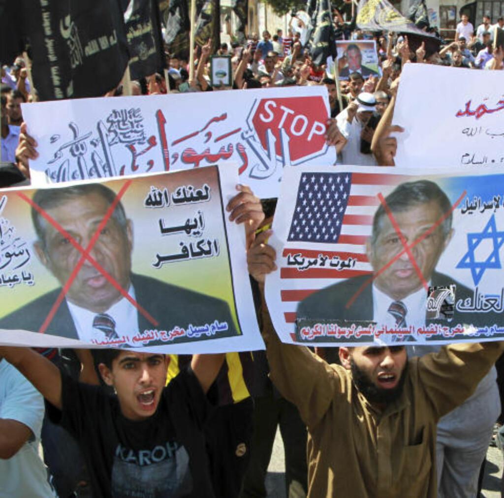 OVERSETTEREN: I februar ble plakater av Morris Sadek vist fram under en demonstrasjon på Gaza-stripen. Han er kristen kopter, og skal ha oversatt den omstridte filmen til arabisk. Foto: AP / NTB Scanpix