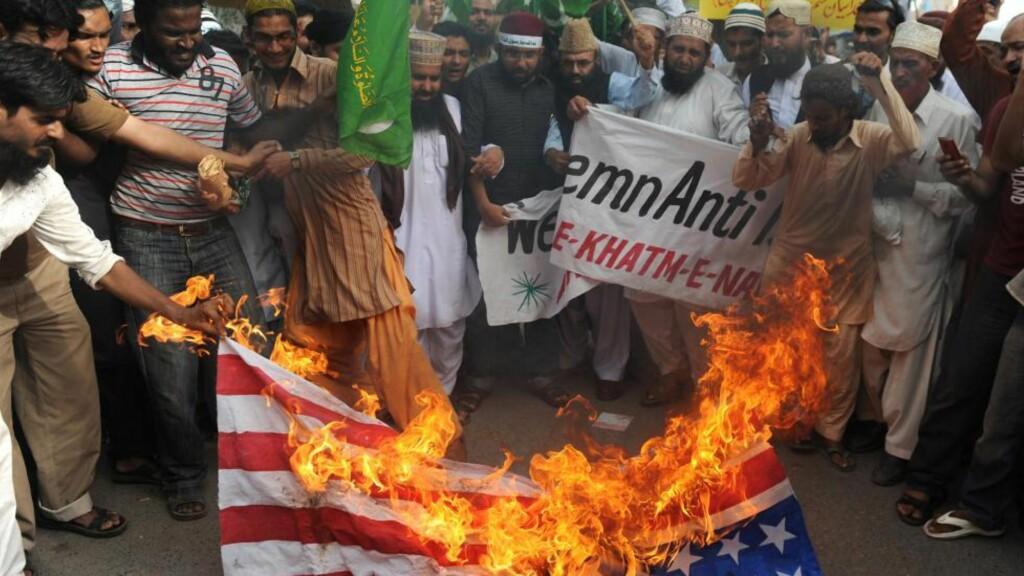 DEMONSTRASJON: Den omstridte videoen «Innonce of Muslims», der islam blir sammenlignet med kreft, har skapt opptøyer og demonstrasjoner over store deler av den muslimske verden. Her brennes det amerikanske flagget i Karachi, Pakistan. Foto: Scanpix