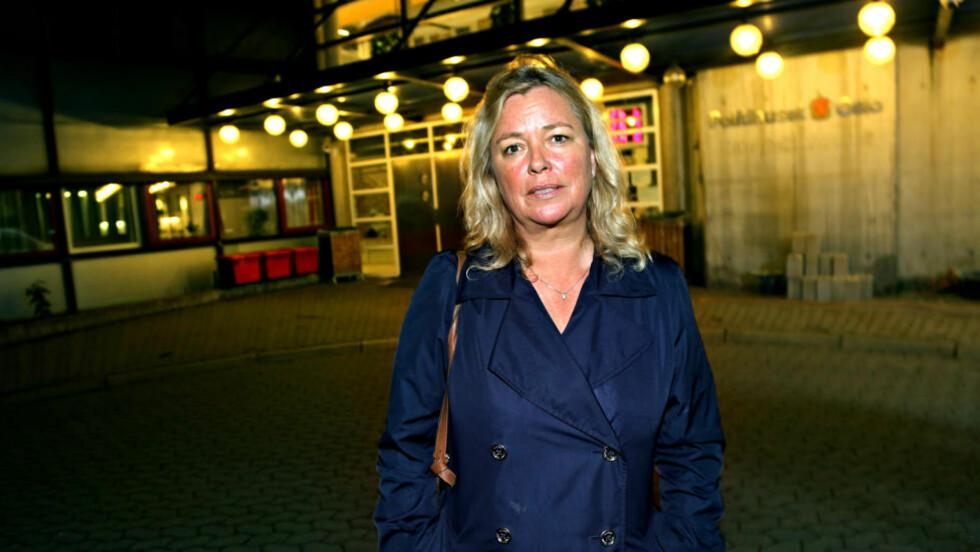 LANGT AVHØR:  Forsvarer i Sigrid-saken, Aase Karin Sigmond, satt sammen med den 64 år gamle drapssiktede mannen i et ti timer langt avhør i dag.  Foto: Jacques Hvistendahl