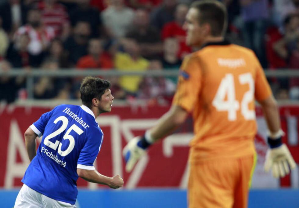 MATCHVINNER: Klaas-Jan Huntelaar scoret seiersmålet for Schalke borte mot Olympiakos, men gjorde det unødvendig spennende ved å bomme på et straffespark like etterpå. Foto: John Kolesidis / REUTERS / NTB Scanpix