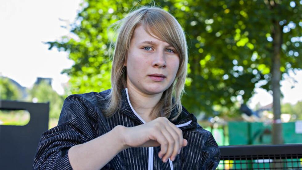 USIKKER FRAMTID:  Lene Cecilie Lyså (14) fikk aldri den operasjonen hennes overleger på håndseksjonen ved Rikshospitalet mente hun måtte få for å begrense utvikling av feilstilling i hånda. Planlagte operasjoner ble avlyst fire ganger før det til slutt var for seint - fordi hun var ferdig utvokst. Seks av sju overleger ved håndseksjonen på Rikshospitalet skrev i juni i fjor et brev til ledelsen om at de fryktet for manglende pasientbehandling på grunn av en arbeidsmiljøkonflikt. Foto: Torbjørn Berg / Dagbladet