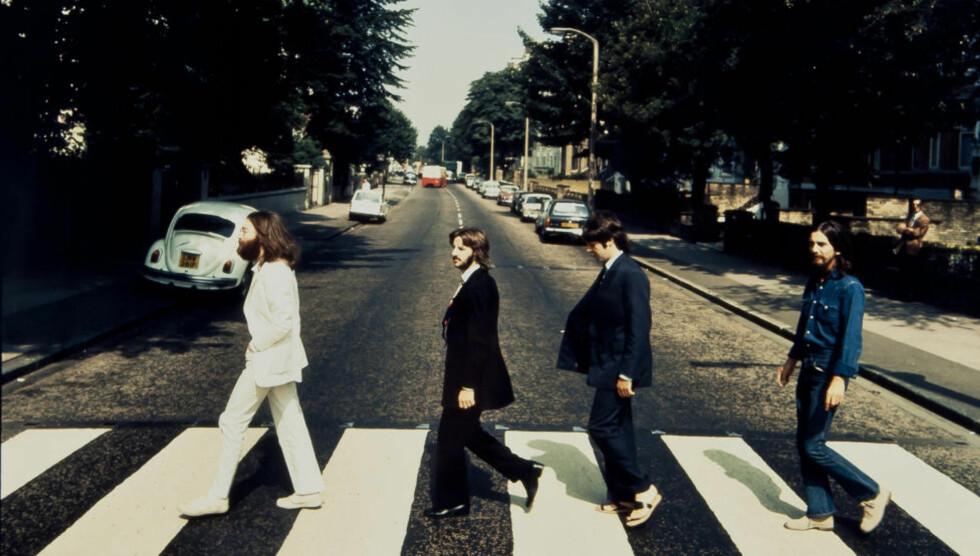 ENDELIG PÅ VINYL: Tre år etter cd-utgavene slippes The Betales' samlede produksjon i remastret utgave på vinyl. Her er bandet fotografert under opptakene til det legendariske omslagsbildet til «Abbey Road». På omslaget går bandet som kjent den andre veien, og Paul har kastet sandalene. Foto: Reuters/Scanpix