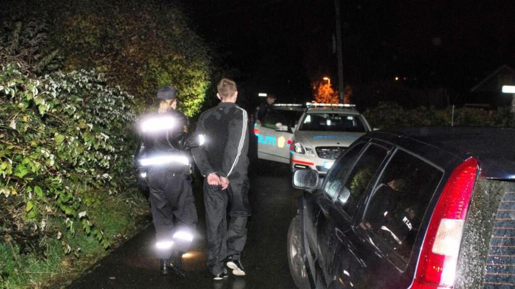 PÅGREPET: Politiet kan ikke svare på hvorfor mannen satt seg på taket av bilen. Foto:  Tipser.no/Daniel D. Laabak
