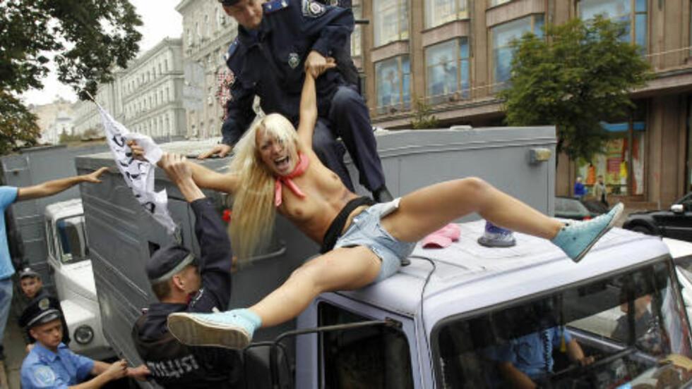 PIKE PÅ POLITITAK: Femen protesterte utenfor en domstol i Kiev 16. august i fjor. De mente politimyndighetene heller burde prioritere de virkelig kriminelle i Ukraina, og få de bak lås og slå, enn å bare bry seg om tidligere statsminister Yulia Tymoshenko. Foto: REUTERS / Gleb Garanich / NTB scanpix