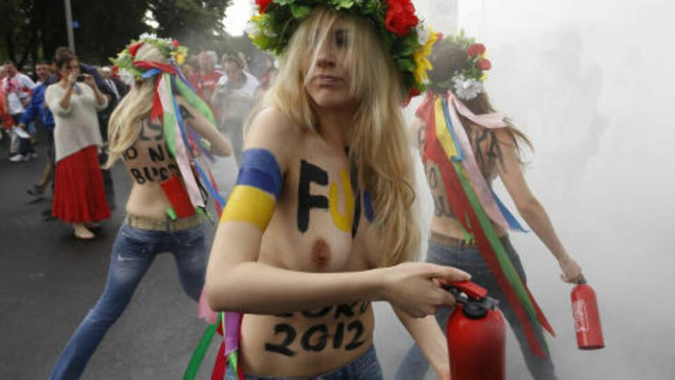 SIKTER MOT BRASIL 2016: Her protesterer Femen under sommeren fotball-EM. Nå håper de på å starte en leir i Brasil for å være forberedt på de olympiske leker i Brasil i 2016. Foto: REUTERS / Jerzy Dudek / NTB scanpix