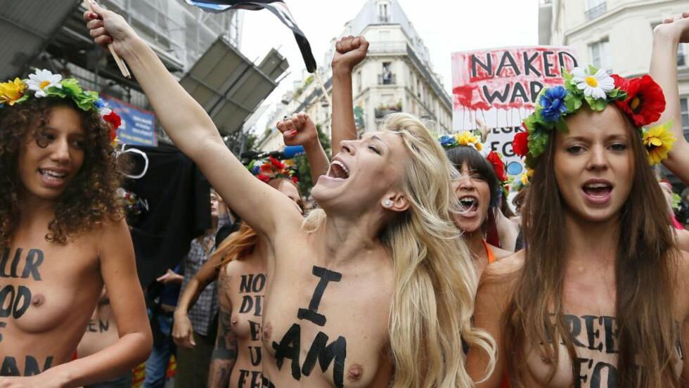 STARTER TRENINGSLEIR: Aktivistgruppa femen har slått seg ned i Frankrike, der de har åpnet et treningssenter som skal rekruttere nye nakenprotestere. Her demonsterer de mot kvinnefiendtlig politikk i nærheten av deres nye Femen Centre i Paris i forrige uke. Foto: AFP / KENZO TRIBOUILLARD / NTB scanpix