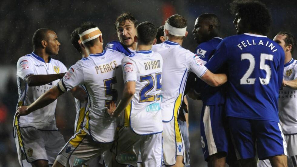 Dårlig stemning: Sinte menn røk i tottene på hverandre da Leeds slo Everton 2-1 i ligacupen tirsdag. Ingen tegn til dårlig stemning hos oddstipperne som hadde spilt hjemmeseier til 4,30 i odds - som single. (FOTO: AP Photo / Anna Gowthorpe/ PA)