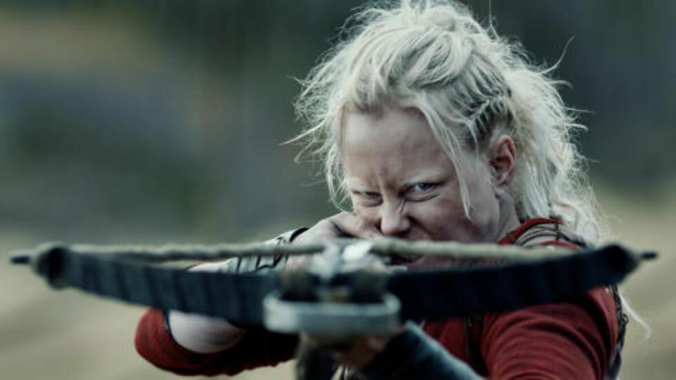<strong>BANDELEDER:</strong> Ingrid Bolsø Berdal i rollen som blodtørstige Dagmar i «Flukt». Foto: Fantefilm Fiksjon AS
