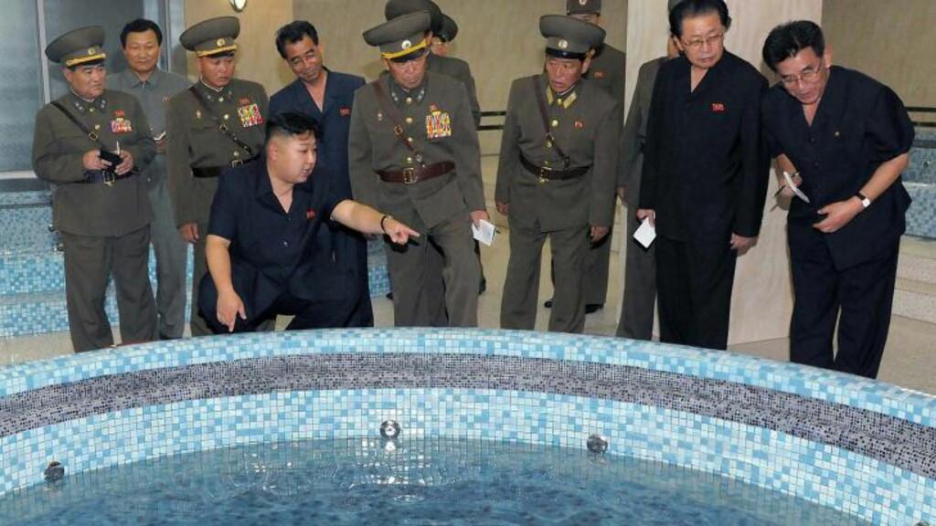 KOMPLEKS: Dette udaterte bildet publisert av Nord-Koreas offisielle nyhetsbyrå KCNA i juli i år, viser Nord-Koreas leder Kim Jong-Un under et besøk på Ryugyong Health Complex i Pyongyang. Foto: AFP PHOTO/KCNA via KNS