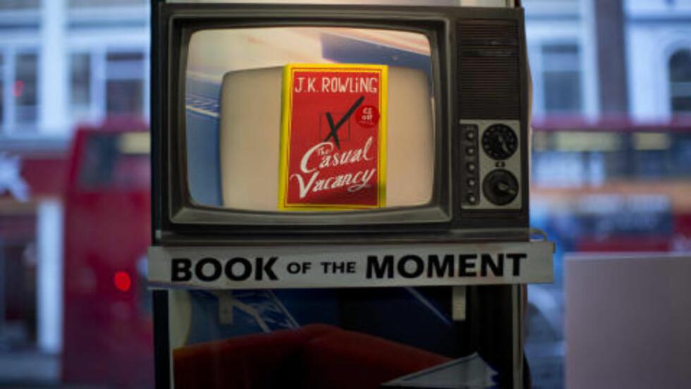 «BOOK OF THE MOMENT»: Sant som det er sagt, under lanseringen på en bokhandel i London. Foto: MATT DUNHAM / AP / NTB SCANPIX